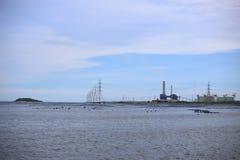 Palo di potere ad alta tensione nel mare Fotografie Stock