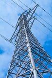 Palo di potere con alta tensione contro il cielo blu Fotografia Stock Libera da Diritti