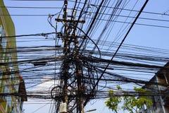 Palo di potere con i cavi caotici di elettricità a Kathmandu Nepal fotografie stock libere da diritti