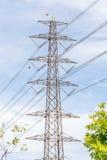 Palo di potere e linea di elettricità ad alta tensione con il backg del cielo blu Fotografia Stock Libera da Diritti