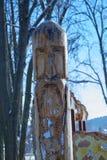 Palo di totem nel parco della città Immagini Stock Libere da Diritti