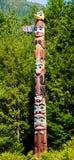 Palo di totem nel villaggio indigeno di Saxman in Ketchikan immagine stock