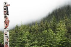 Palo di totem nell'Alaska immagine stock