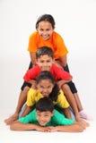 Palo di totem umano di divertimento da quattro giovani amici del banco Fotografie Stock