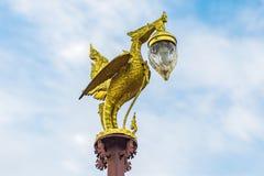 Palo dorato del cigno con cielo blu e la nuvola Sangkhlaburi Kanchanaburi thailand fotografia stock libera da diritti