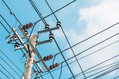 Palo e linea elettrica elettrici sul fondo del cielo Fotografia Stock