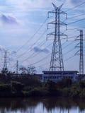 Palo elettrico ad alta tensione isolato nel backgr dell'acqua e del cielo blu Fotografia Stock