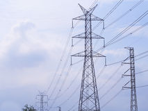 Palo elettrico ad alta tensione isolato nel fondo del cielo blu Fotografia Stock