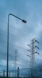 Palo elettrico ad alta tensione nella tempesta della pioggia Immagini Stock