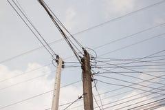 Palo elettrico con i cavi e le funi di comunicazione immagine stock