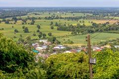 Palo elettrico con la vista rurale fotografie stock