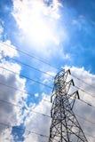 Palo elettrico e cavo della torre ad alta tensione con le nuvole del cielo blu Fotografie Stock Libere da Diritti