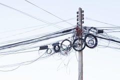 Palo elettrico nel giorno sopra nell'ambito della vista Immagini Stock Libere da Diritti