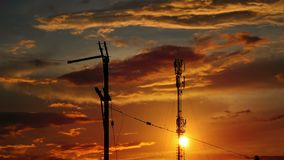 Palo elettrico sul tramonto stock footage
