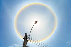 Palo leggero con l'alone contro il cielo blu Fotografia Stock Libera da Diritti
