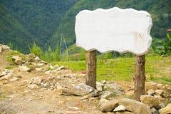 Palo vuoto del segno del bordo dell'insegna con le gambe di legno Immagini Stock