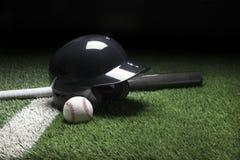 Palo y bola del casco de bateo de béisbol en campo con la raya y DA Fotos de archivo libres de regalías