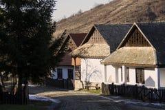 Paloc etnografische huizen in Holloko stock foto's