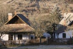 Paloc etnografische huizen in Holloko stock afbeelding