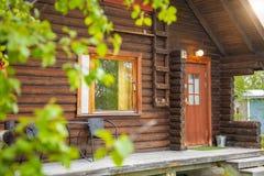 Palojarvi Finland - 19 06 2018: Den finlandssvenska lösa kojan i nationalpark är stället för handelsresande i den campa platsen,  Arkivfoton