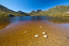 Paloma del lago y montaña de la cuna en Tasmania Foto de archivo libre de regalías