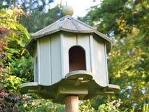 Palomar de madera verde en jardín con el fondo borroso fotografía de archivo libre de regalías