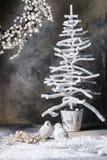 Palomas de la palmatoria del árbol de la guirnalda de la Navidad en un fondo gris oscuro con divorcios Fotos de archivo