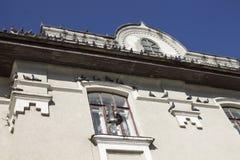 Palomas en el edificio en ciudad Fotos de archivo libres de regalías