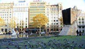 Palomas en la plaza de Catalunya en Barcelona fotos de archivo libres de regalías