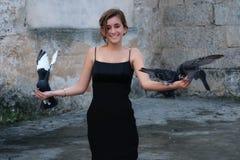 Palomas que llevan del adolescente hispánico en sus manos Fotografía de archivo libre de regalías