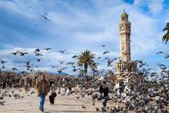 Palomas que vuelan cerca de la torre de reloj histórica, Esmirna, Turquía Imagenes de archivo
