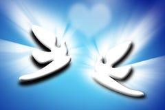 Palomas y corazón de los pares sobre fondo azul Imagen de archivo