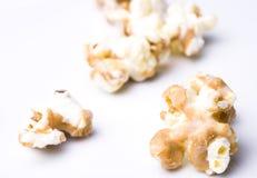Palomitas blancas de la mantequilla del chocolate y de cacahuete Fotografía de archivo