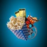 Palomitas, boletos de la película, clapperboard y otras cosas en el movimiento imagenes de archivo