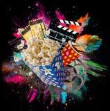 Palomitas, boletos de la película, clapperboard y otras cosas en el movimiento foto de archivo