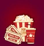 Palomitas de maíz con los boletos del agua de soda historieta Concepto del cine Aislado en fondo rojo Ilustración del vector tend Imagenes de archivo