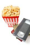 Palomitas en caja y cinta de video Fotografía de archivo libre de regalías