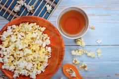 Palomitas en el cuenco anaranjado Fotos de archivo libres de regalías