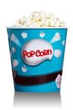 Palomitas en la caja de cartón azul para el cine Foto de archivo