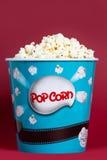 Palomitas en la caja de cartón azul para el cine Fotografía de archivo