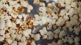 Palomitas que cocinan el bocado de la comida almacen de metraje de vídeo