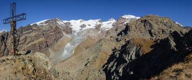 从Palon de Resy山顶的秋天风景与杜富尔峰小组在背景中 aosta意大利谷 免版税库存照片