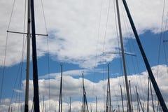 Palos de los barcos de navegación Fotografía de archivo