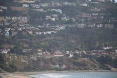 Palos Verdes från södra Torrance Beach under Juni svårmod Arkivbild