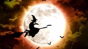 Palos y brujas de Halloween en cielo y nubes rojos ilustración del vector