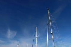 Palos y cuerdas de la nave en fondo del cielo de la puesta del sol Imagen de archivo libre de regalías