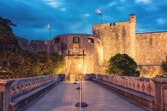 Palowa brama - główne wejście Stary miasteczko Dubrovnik, noc widok, Chorwacja obraz stock