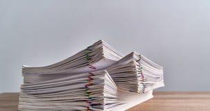 Palowa przeciążenie papierkowa robota raport na drewno stołu czasu upływie zbiory