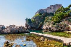 Palowa zatoka blisko Dubrovnik starego miasteczka z fortecznym Lovrijenac Obraz Stock