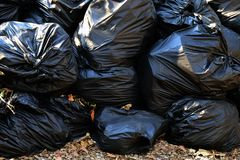 Palowi jałowi plastikowi worki wiele śmieciarski grata zbliżenie dla tła, stos śmieciarski plastikowy czerń, zanieczyszczenie gra obrazy royalty free